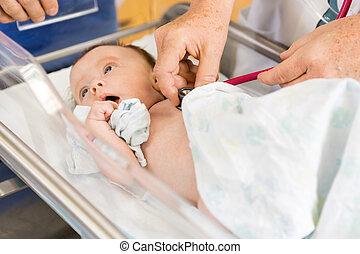examiner, babygirl, hôpital, mains, nouveau né, femme, docteur