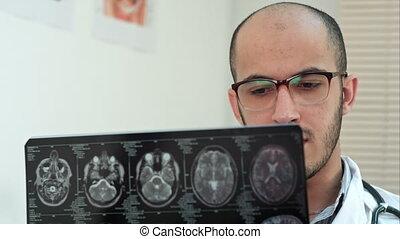 examiner, calculé, radiologue, cerveau, tomographie, mâle
