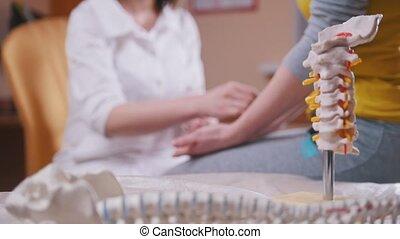 examiner, consultant, patient, docteur, dos, pousser, métal, bras, crosse, premier plan, neurologue, modèle