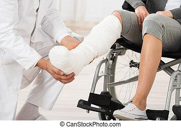 examiner, docteur, patient, jambe