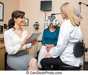 examiner, femme aînée, magasin, ophtalmologues