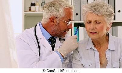 examiner, malades, sien, docteur, oreilles