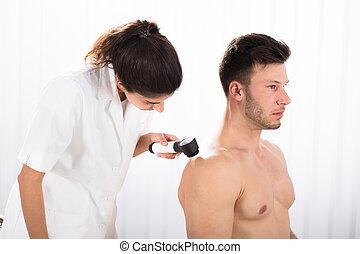 examiner, patient, docteur, peau, dermatoscope, mâle