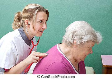 examiner, personne agee, stéthoscope, docteur