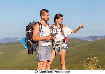 examiner, randonneurs, couple, jeune, deux, surroun, montagnes.