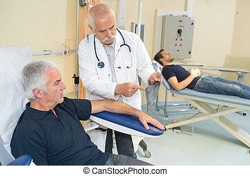 examiner, sien, patient, bureau, docteur, monde médical, bras