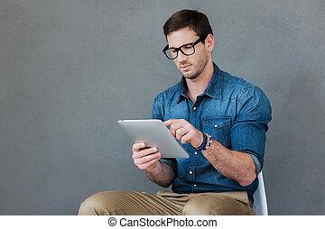 examiner, sien, tenue, tablette, séance, jeune, contre, gadget., gris, confiant, quoique, fond, numérique, nouvel homme