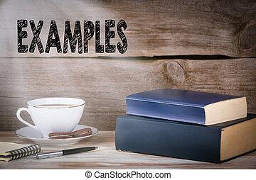 examples., pilha livros, ligado, escrivaninha madeira