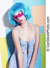 excéntrico, extravagante, mujer, en, diseñar, azul, peluca, y, rosa, gafas de sol