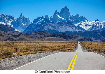 Excellent road to majestic Mount Fitz Roy - Sunny day in...