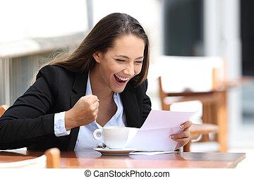 excité, femme affaires, lecture lettre, dehors
