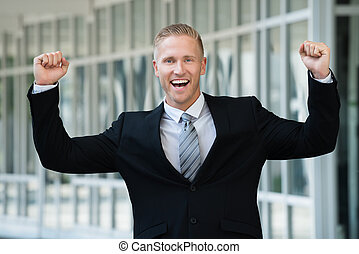 excité, homme affaires, à, bras augmenté