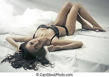 excitado, adelgaçar, morena, mulher, posar, cama, olhar, câmera., senhora, desgastar, sensual, lingerie.