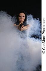 excitado, arma, mulher, esfumaçado, fundo