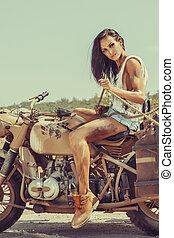 excitado, biker, mulher, é, sentando, ligado, a, bicicleta, e, segurando, a, corda, em, hands.