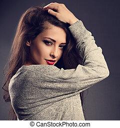 excitado, bonito, morena, mulher, com, cabelo longo, estilo, em, cinzento, moda, suéter, e, batom vermelho, olhar, paixão, ligado, escuro, sombra, experiência., toned, closeup, retrato