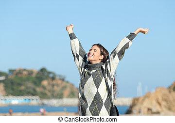 excitado, braços, levantamento, menina, inverno, praia