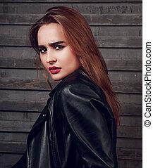 excitado, cabelo longo, mulher, com, batom vermelho, em, revestimento preto, ligado, rua, parede, fundo