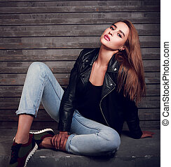 excitado, cabelo vermelho, mulher, posar, em, revestimento preto, azul, calças brim, ligado, rua, parede, experiência., moda, retrato
