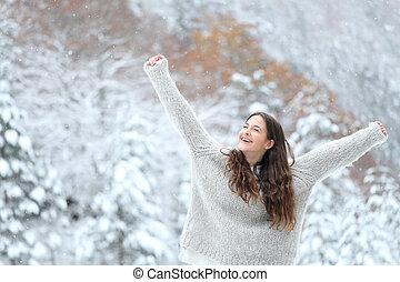 excitado, desfrutando, braços elevando, menina, inverno, neve