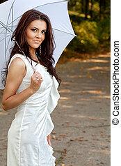 excitado, elegante, mulher jovem, com, guarda-chuva