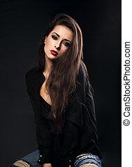 excitado, femininas, modelo, com, cabelo marrom longo, posar, em, camisa preta, e, jeans rasgados, ligado, experiência escura, com, batom vermelho