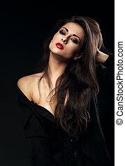 excitado, femininas, modelo, com, cabelo marrom longo, posar, em, camisa preta, ligado, experiência escura, com, batom vermelho