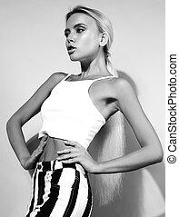 excitado, femininas, modelo, com, luminoso, maquilagem, e, loura, cabelo longo, posar, em, topo branco, e, faixa, calças, ., preto branco, retrato