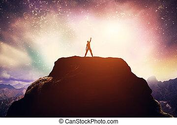 excitado, hombre estar de pie, en, el, pico, de, un, mountain.