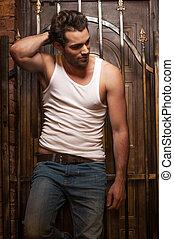 excitado, homem, em, t-shirt branco, e, jeans., ficar, com, portões, experiência