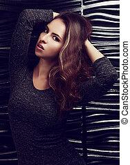 excitado, jovem, mulher hispânica, posar, em, cinzento, vestido, ligado, pretas, experiência., toned, closeup, retrato