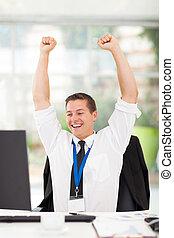 excitado, joven, hombre de negocios