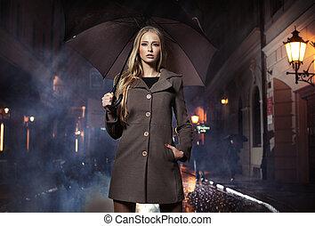 excitado, loiro, mulher guarda-chuva