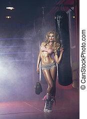 excitado, loiro, mulher, posar, em, boxe, corredor