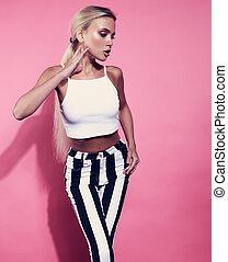 excitado, loura, adelgaçar, modelo, posar, em, faixa, calças, e, branca, shortinho, topo, ligado, brilhante côr-de-rosa, experiência., contraste, moda, retrato