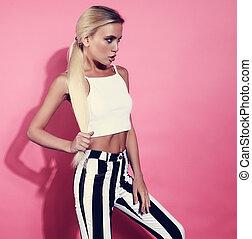 excitado, loura, jovem, modelo, posar, em, faixa, calças, e, branca, shortinho, topo, ligado, cor-de-rosa, experiência., closeup, retrato