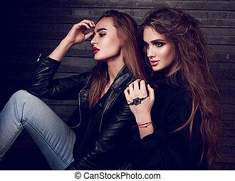 excitado, maquilagem, dois, mulheres bonitas, sentando, perfil, ligado, rua, parede, experiência., escuro, moda, retrato