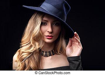 excitado, maquilagem, loura, cabelo longo, estilo, mulher, posar, em, moda, chapéu, e, colar ouro, ligado, escuro, experiência.