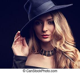 excitado, maquilagem, loura, cabelo longo, estilo, mulher, posar, em, moda, chapéu, e, colar ouro, ligado, escuro, experiência., toned, arte, closeup, retrato