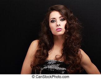 excitado, maquilagem, mulher, com, longo, cabelo ondulado, olhar
