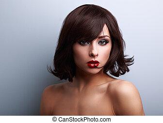 excitado, maquilagem, mulher, com, shortinho, cabelo preto, estilo, e, batom vermelho