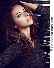 excitado, maquilagem, mulher hispânica, posar, ligado, pretas, parede, fundo, com, longo, cacheados, hair., luminoso, closeup, moda, retrato