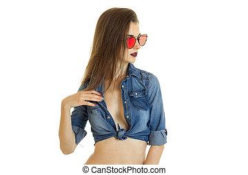 excitado, menina, em, calças brim, t-shirt, e, sunglasses vermelhos
