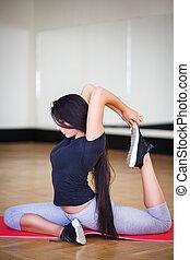 excitado, menina, ginásio, fazendo, exercícios