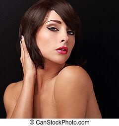 excitado, morena, mulher, com, luminoso, maquilagem, lábios vermelhos, e, cabelo curto, estilo, olhar
