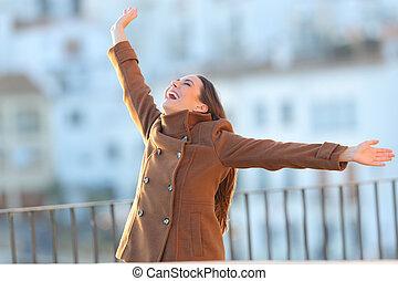 excitado, mulher, braços, levantamento, sacada, inverno