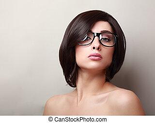 excitado, mulher, com, cabelo curto, olhando dentro, moda, óculos