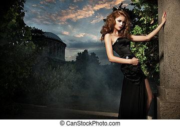 excitado, mulher, em, elegante, jardim