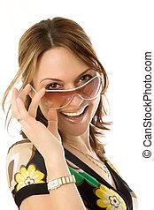 excitado, mulher jovem, em, óculos de sol