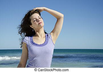 excitado, mulher jovem, posar, em, praia